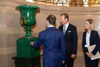 HRH The Grand Duke presents to His Excellency Mr. Dmitry Medvedev, Prime Minister of the Russian Federation, two vases in Malachite of Russian origin © Cour grand-ducale / Claude Piscitelli