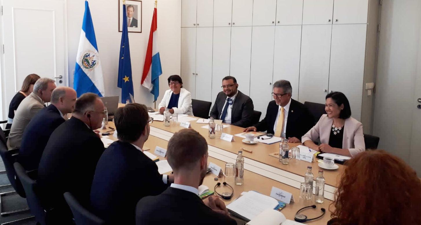 Mae Visita De Trabajo A Luxemburgo De Carlos Castaneda Ministro