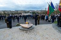Deposit of flowers at the foot of the Memorial Flame ©SIP / Emmanuel Claude